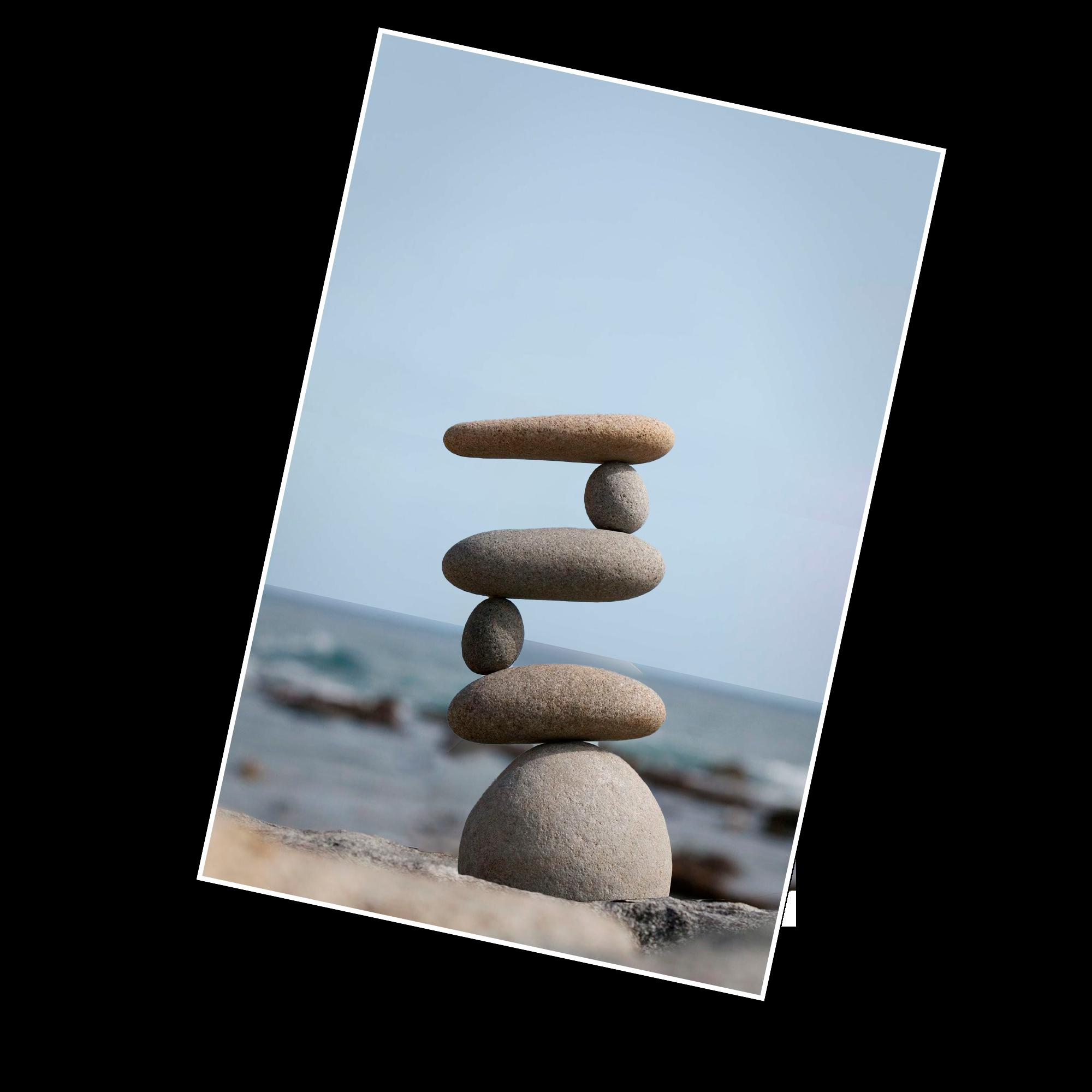 Piedras en equilibrio con la playa de fondo.