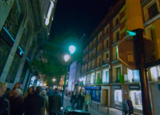Vídeo calle del Coso de noche con gente paseando.