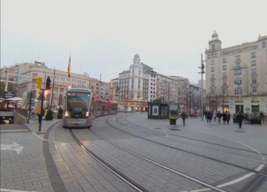 Vídeo plaza de España con el tranvía de frente.