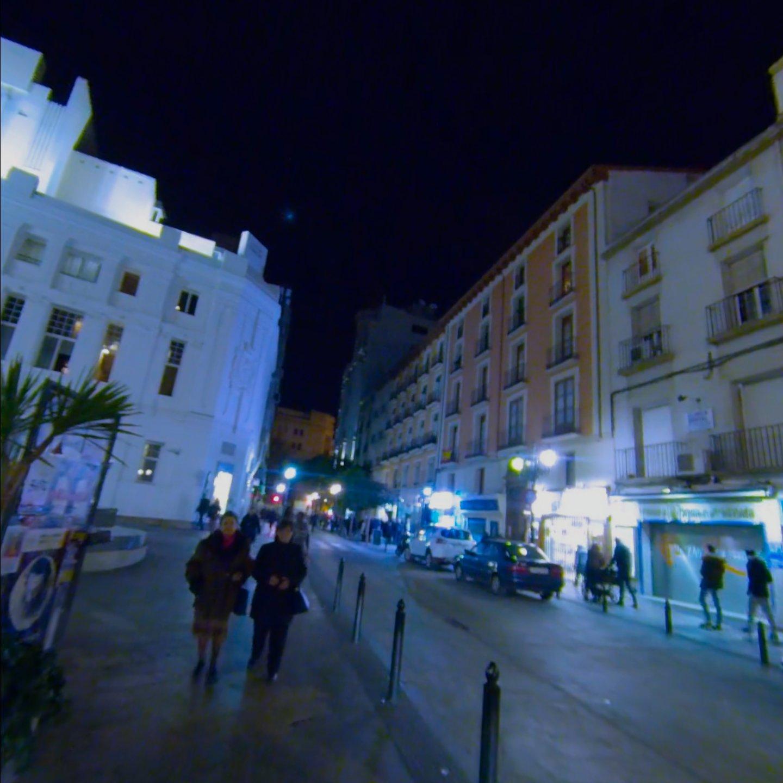 Vídeo calle Don Jaime I por la noche con gente paseando.